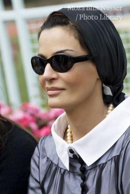 صاحبة السمو الشيخة موزة لدى زيارتها لكلية هارفارد ويست ليك الإعدادية في لوس انجلوس