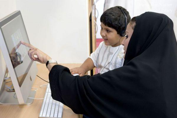 سمو الشيخة موزة خلال زيارتها لأكاديمية قطر في الخور