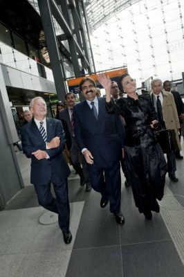Their Highnesses Sheikh Hamad and Sheikha Moza visiting Berlin train system