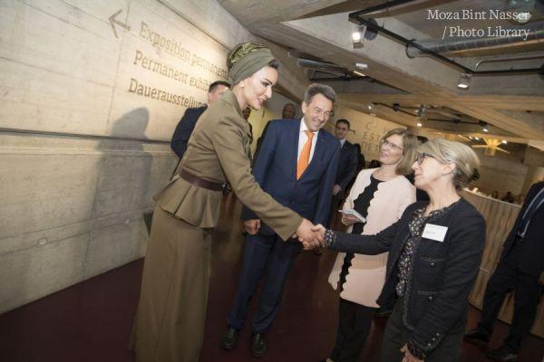 صاحبة السمو الشيخة موزا تزور متحف الصليب الأحمر و الهلال الأحمر