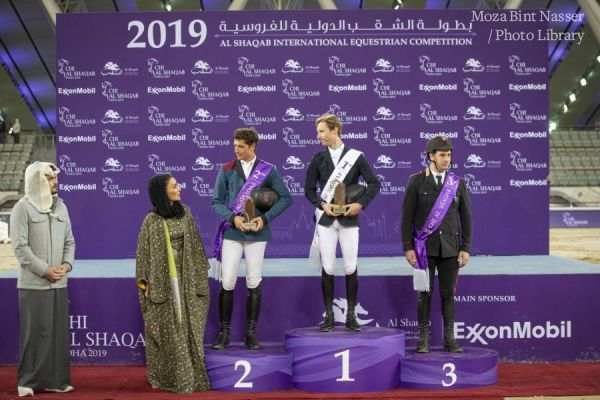 صاحبة السمو الشيخة موزا تتوج الفائز في ختام منافسة بطولة الشقب الدولية للفروسية ٢٠١٩