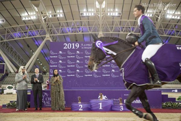 صاحبة السموالشيخة موزا تتوج الفائز في ختام منافسة بطولة الشقب الدولية للفروسية