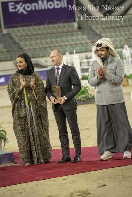 صاحبة السمو الشيخة موزا تتوج الفائز في ختام منافسة بطولة الشقب الدولية للفروسية